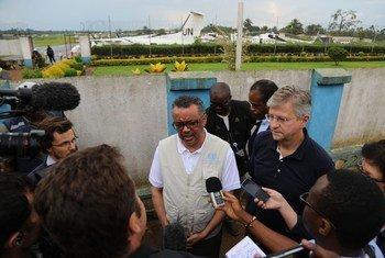 Le chef des opérations de maintien de la paix de l'ONU, Jean-Pierre Lacroix, et le chef de l'Organisation mondiale de la santé (OMS), Tedros Ghebreyesus, à Beni, en République démocratique du Congo.