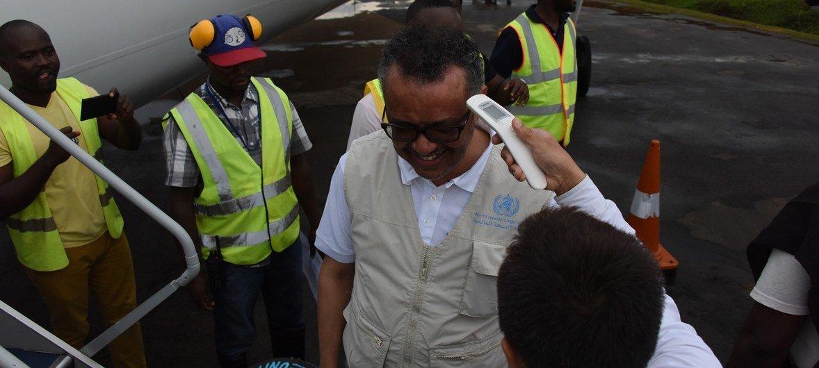 الدكتور تيدروس أدهانوم غبريسوس، مدير منظمة الصحة العالمية يتلقى فحصا لدرجة حرارة جسمه خلال زيارته إلى بيني شمال كيفو في جمهورية الكونغو الديمقراطية.