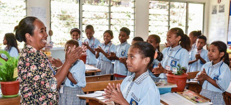 Professores como Lurdes Gonçalves introduziram métodos de aprendizagem motivadores, como permitir que os estudantes trabalhem em duplas e pequenos grupos