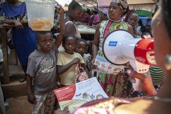 Un membre de l'UNICEF sensibilise des enfants au risque d'Ebola dans un marché de Beni, au Nord-Kivu, en République démocratique du Congo.