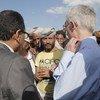 El coordinador de Asuntos Humanitarios, Mark Lowcock, con personas desplazadas en el campamento de Dharwan, en Sana´a, Yemen.
