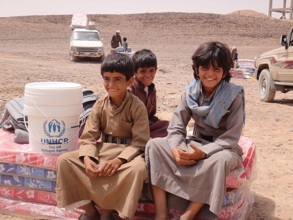 也门西部的锡尔瓦赫地区(Sirwah),流离失所的男孩坐在由联合国难民署分发的床垫上。自2015年也门内战爆发以来,已有超过200万也门百姓被迫逃离家园。
