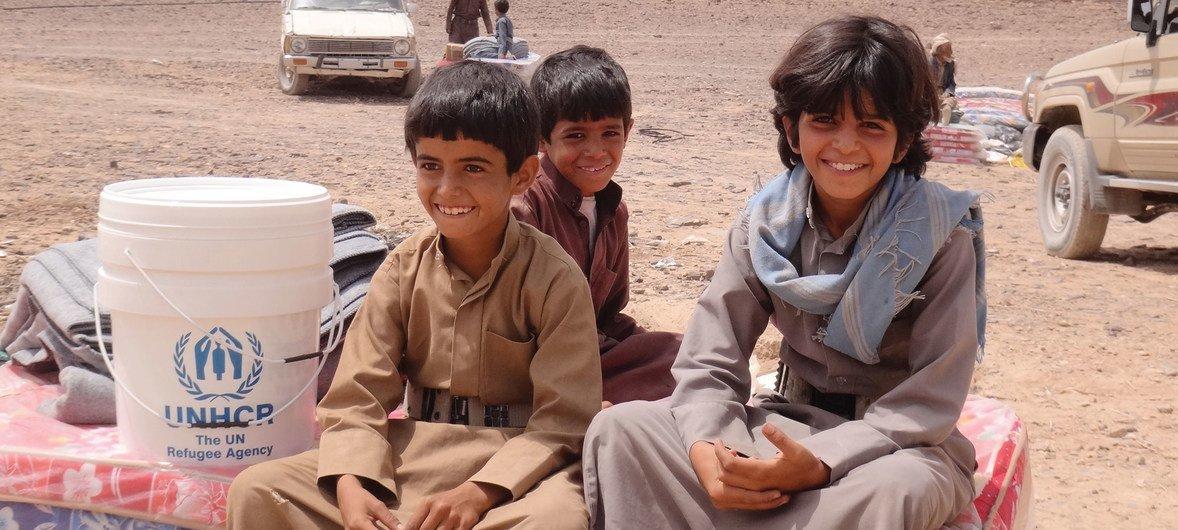 Niños desplazados yemenies se sientan en unos colchones distribuidos por ACNUR en Sirwah. Más de 2 millones de yemeníes han tenido que dejar sus hogares desde que comenzó la guerra en marzo de 2015