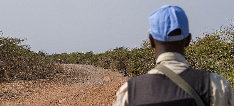 أحد أفراد بعثة الأمم المتحدة في جنوب السودان خلال القيام بدوريات في طريق بالقرب من بانتيو في ولاية الوحدة. تعمل هذه الدوريات على توفير الحماية في المنطقة.