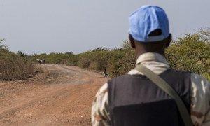 联合国南苏丹特派团的一名维和人员正在南苏丹团结州班提乌市附近的道路上执行巡逻任务。类似的巡逻任务表明特派团维和力量的存在,同时也能为相关地区提供保护。(资料图片)