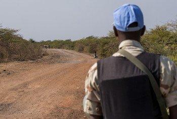 Mlinda amani wa UNMISS akishika doria katika barabra karibu na Bentiu, jimbo la Unity, Sudan Kusini.