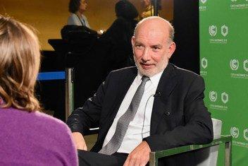 El embajador Luis Alfonso de Alba (dcha.), enviado especial para la Cumbre de Cambio Climático de 2019, en una entrevista con la reportera de Noticias ONU Yasmina Guerda (izq.), en la conferencia de cambio climático de la COP24 en Katowice, Polonia.
