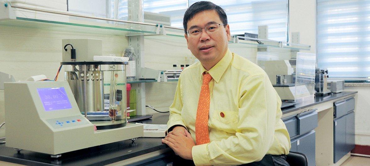 陈曦教授在实验室和二氧化碳监测设备。