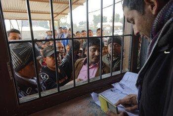 Aplicaciones para visa en el Centro de Recursos del Migrante en Nepal.