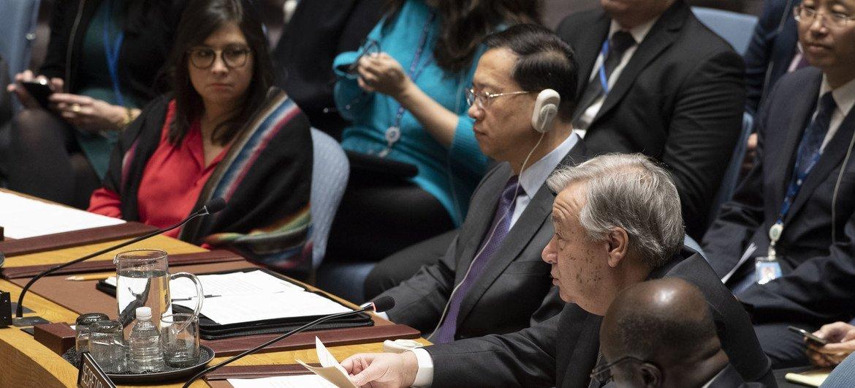 联合国秘书长古特雷斯(中)今天在联合国安理会会议期间就联合国与区域和次区域组织在和平与安全领域的合作问题发表讲话。