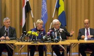 L'Envoyé spécial de l'ONU pour le Yémen, Martin Griffiths (2e à partir de la droite) lors d'une conférence de presse en marge de pourparlers de paix en Suède.