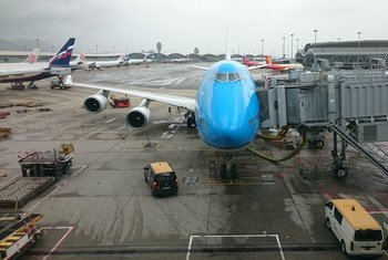 Un avión en una terminal de aeropuerto.