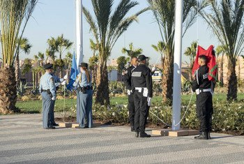 رفع علمي المغرب والأمم المتحدة إيذانا بافتتاح المؤتمر الحكومي الدولي لاعتماد الاتفاق العالمي للهجرة.