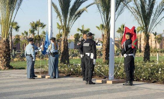 摩洛哥和联合国旗帜共同升起,标志着马拉喀什全球移民契约大会拉开帷幕。