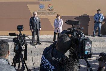 Генеральный секретарь ООН Антониу Гутерриш и Генеральный секретарь конференции Луиза Арбур на пресс-конференции в Марракеше, 10 декабря 2018 года