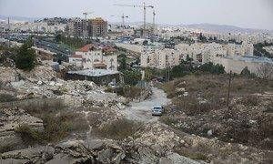 منازل فلسطينية مدمرة في بيت حانينا في القدس الشرقية، وتظهر في الخلفية مستوطنة بسغات زئيف.