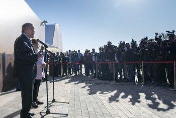 Katibu Mkuu wa UN, Antonio Guterres na Mwakilisha Maalum wa UN kuhusu uhamiajia wa Kimataifa, Louise Arbour,  wakizungumza mjini Marrakesh Morocco