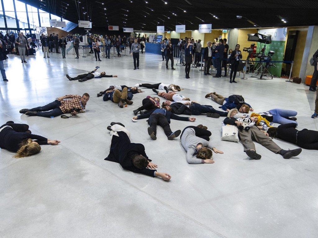 在波兰举行的《联合国气候变化框架公约》第24次缔约方大会上,一群示威者提醒所有谈判者和领导人,目前一切进展太慢,我们现在必须采取行动。(照片摄于2018年12月4日)