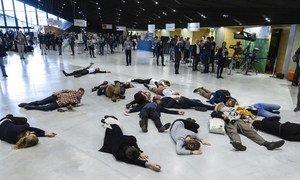 تجمع لبعض الناشطين في مؤتمر المناخ COP24 المنعقد في بولندا من أجل تذكير المفاوضين والقادة بأن كل شيء يتحرك ببطء شديد وأن علينا اتخاذ إجراء فوري. 4 كانون الأول/ديسمبر 2018.