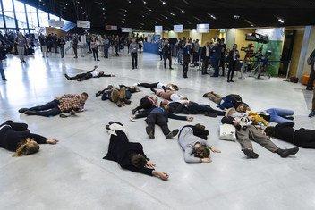 Des manifestants à la COP24 en Pologne rappellent aux négociateurs et dirigeants que les discussions avancent trop lentement.