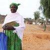 Awa, une bénéficiaire d'un programme financé par le CERF au Burkina Faso, aide à former des femmes à la garde d'enfants et à la nutrition.