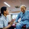 जापान में एक वृद्ध मरीज़ को पुनर्वास सहायता