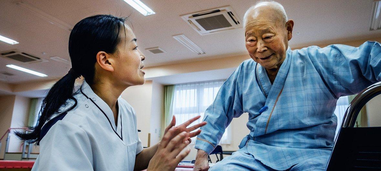 Un anciano recibe terapia de rehabilitación en Japón.