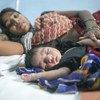 भारत के राजस्थान प्रदेश में एक जच्चा-बच्चा केंद्र में एक महिला अपने दो दिन के शिशु के साथ.