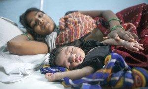 在印度拉贾斯坦邦的一个产科病房里,一个两天大的婴儿睡在母亲旁边。