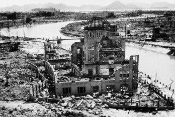 Mabaki ya jengo huko Hiroshima nchini Japan baada ya kuangushwa kwa bomu la atomiki. Majengo yalisalia magofu.