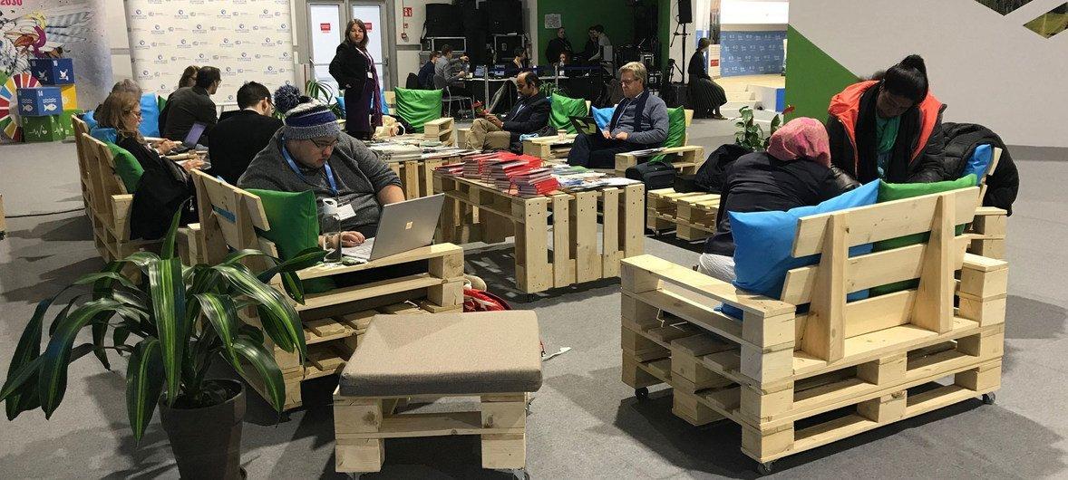 Un salón social diseñado con materiales reciclables hace parte de la Cumbre del Clima COP24 en Katowice, Polonia.