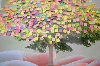 Un árbol con mensajes de apoyo a la lucha contra el cambio climático durante la COP24 en Katowice, Polonia.