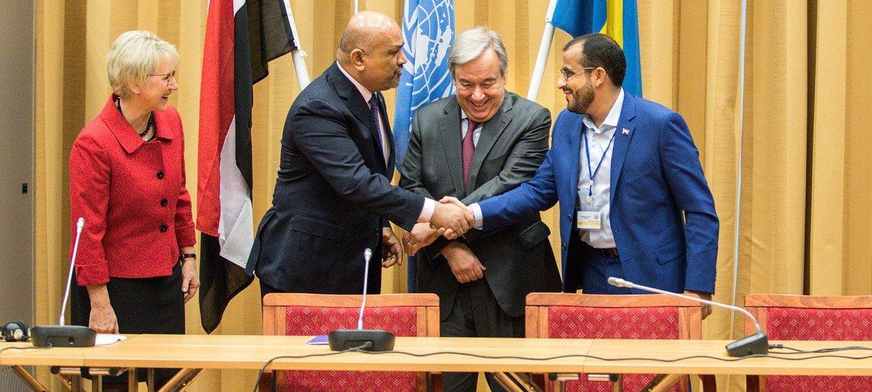 وزير الخارجية اليمني خالد اليماني (يسار) ورئيس وفد أنصار الله محمد عبد السلام (يمين) يتصافحان في اختتام المشاورات اليمنية في السويد، بحضور الأمين العام ووزيرة خارجية السويد.