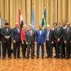 El Secretario General António Guterres (al centro), y el enviado especial de la ONU para Yemen, Marin Griffiths (centro-derecha) con los participantes en las consultas políticas sobre Yemen celebradas en Rimbo, Suecia.