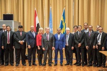 Katibu Mkuu wa UN António Guterres (kati) akiwa na Waziri wa Mambo ya nje wa Sweden, Margot Wallström (kulia kwake) na Martin Griffiths na wawakilishi wa pande kinzani kutoka Yemen leo tarehe 13 Desemba 2018