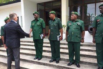 Le Secrétaire général adjoint aux opérations de maintien de la paix des Nations Unies, Jean-Pierre Lacroix (à gauche), salue les membres des Forces de défense du peuple de Tanzanie à la suite du décès, il y a un an, de 15 Casques bleus tanzaniens en RDC