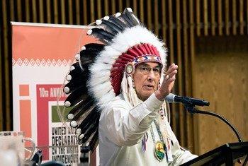 El gran jefe Wilton Littlechild, jefe Cree de Canadá, en una ceremonia por el Día de los Pueblos Indígenas. Foto de archivo