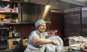 La refugiada iraní Maryam Khoshluie es una de las cocineras en el restaurante Orient Experience en Sicilia, que está gestionado por refugiados