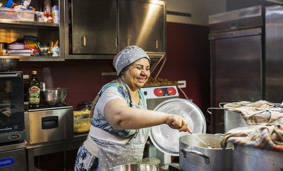 Эта беженка из Ирана теперь работает в ресторане на Сицилии, который открыли такие же беженцы, как и она. Новый Глобальный договор призван помочь и самим беженцам, и принимающим их странам.