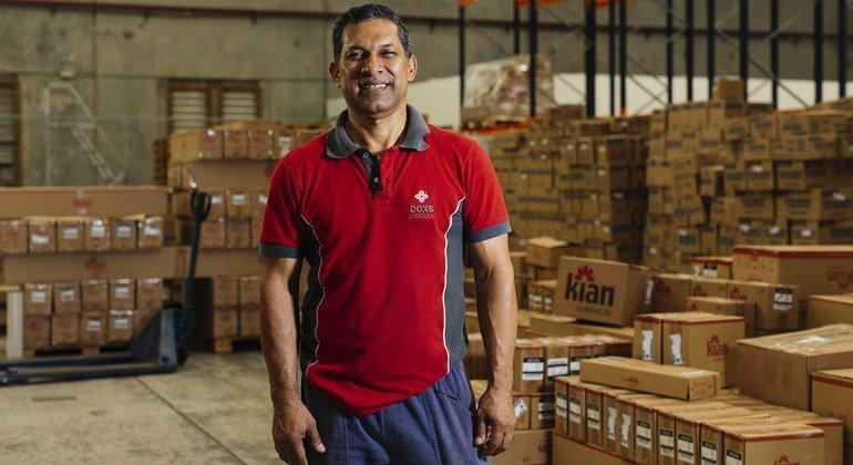 Johnny José Gonzalez es un refugiado venezolano y  trabaja en los almacenes de DOXS Logistica en Guarulhos, en el área metropolitana de Sao Paulo.