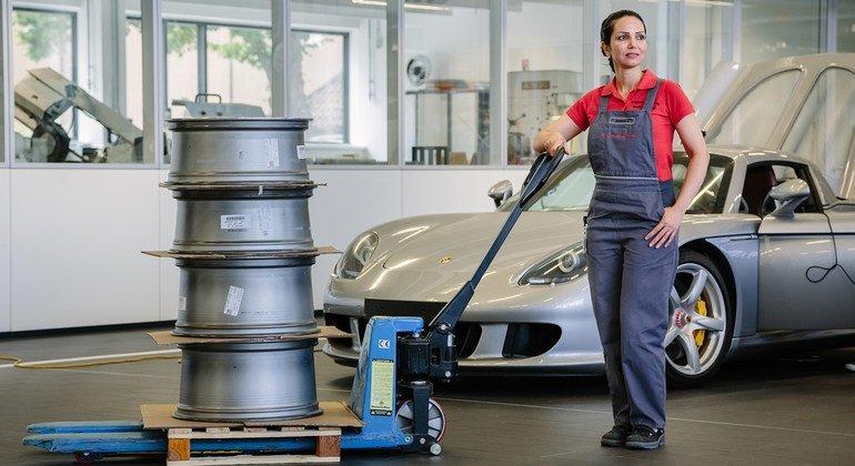 Una refugiada iraní está terminando una pasantía en la fábrica de Porsche, en Alemania