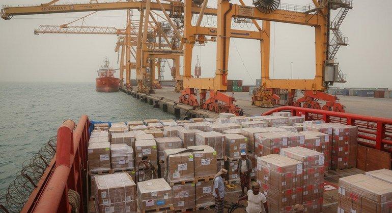 Порт Ходейда играет ключевую роль в доставке продовольствия и других товаров в Йемен, жителям которого угрожает голод