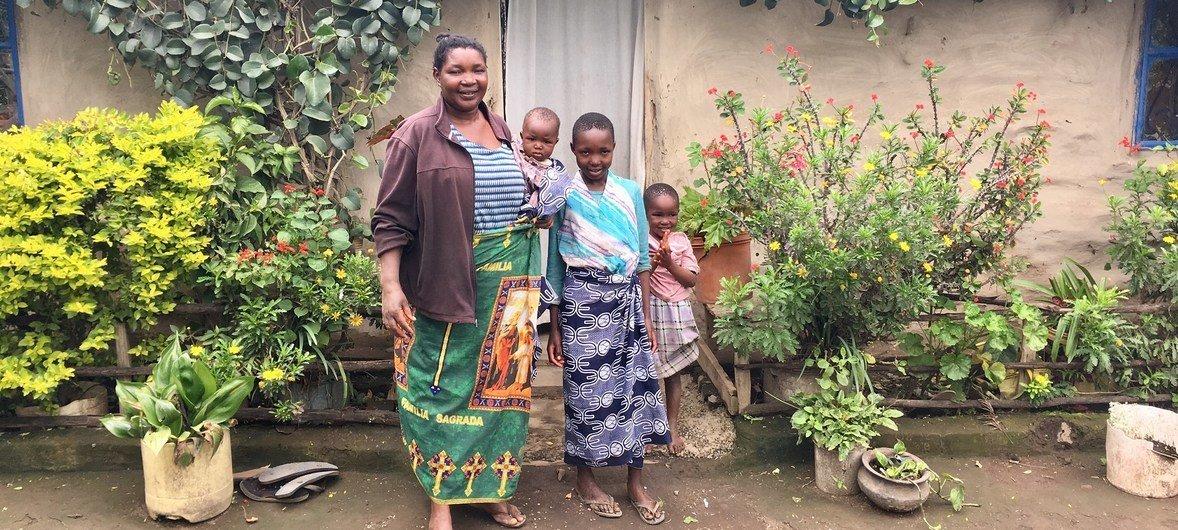 Mama Katarina na familia yake ambaye tangu kuanza kutumia umeme utokanao na samadi tangu 2012 anatoa mafunzo kwa wanakijiji wenzake.