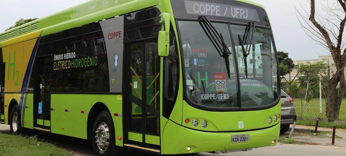 Universidade do Rio de Janeiro criou um ônibus híbrido movido a hidrogênio e à eletricidade que não polui o meio ambiente.