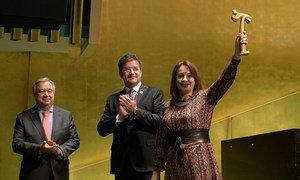 María Fernanda Espinosa, presidente da 73ª sessão da Assembleia Geral, segura o martelo após a entrega de Miroslav Lajcák, presidente da 72ª sessão da Assembléia Geral, e o secretário-geral António Guterres.