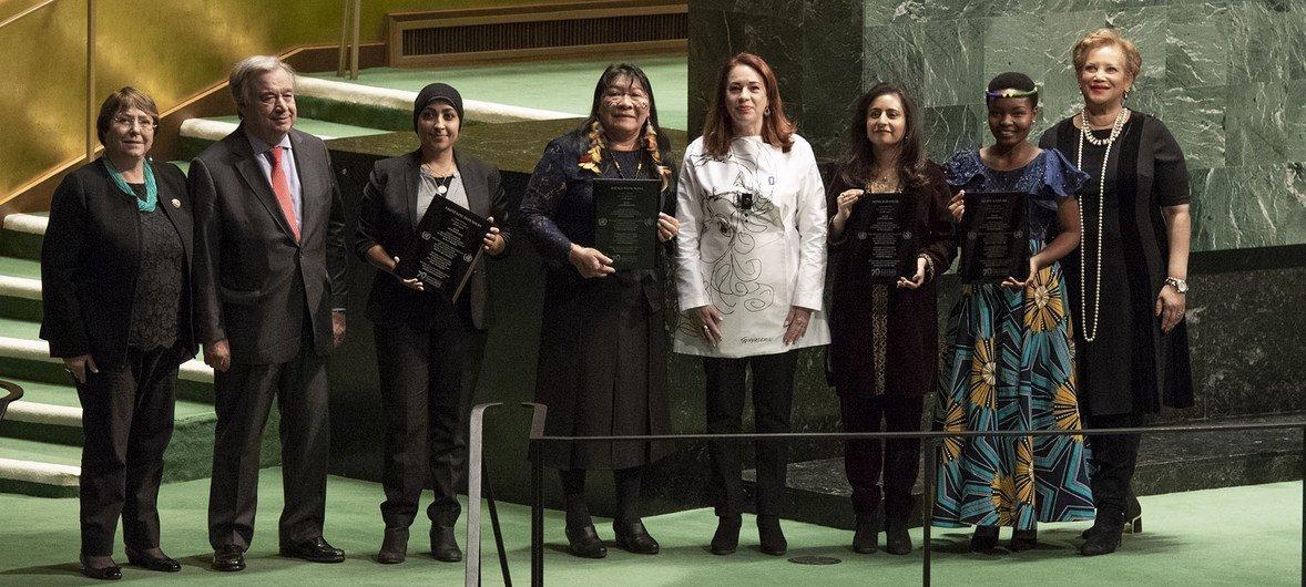 Joênia Wapichana (a terceira da esquerda à direita) na cerimônia de premiação com a alta comissária Michelle Bachelet, o secretário-geral António Guterres. Do lado direito a presidente da Assembleia Geral, Maria Fernanda Espinosa, e outros vencedores do Prémio das Nações Unidas de Direitos Humanos.