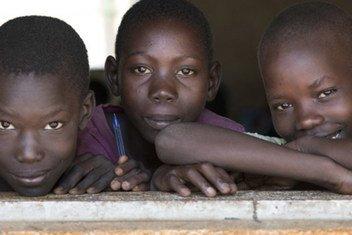 Wanafunzi katika shule ya msingi ya mseto kati ya wakimbizi  kutoka Sudan Kusini na wenyeji nchini Uganda.
