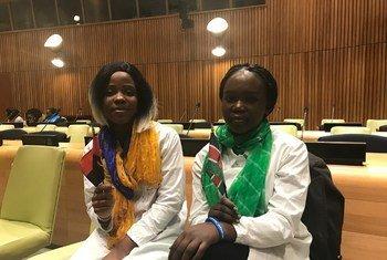 A jovem angolana Jemima Nsenga e uma colega sul-sudanesa durante o evento que marcou a adoção do Pacto Global sobre Refugiados.