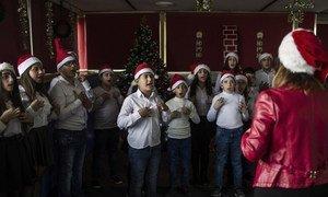 Crianças cantam no coral de Natal do FAID, que recebe jovens libaneses e sírios com deficiências auditivas de diferentes origens religiosas.