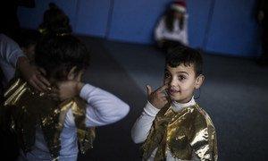 Mohammad, um jovem refugiado sírio de Palmyra, está entre corista no coral de Natal da FAID.